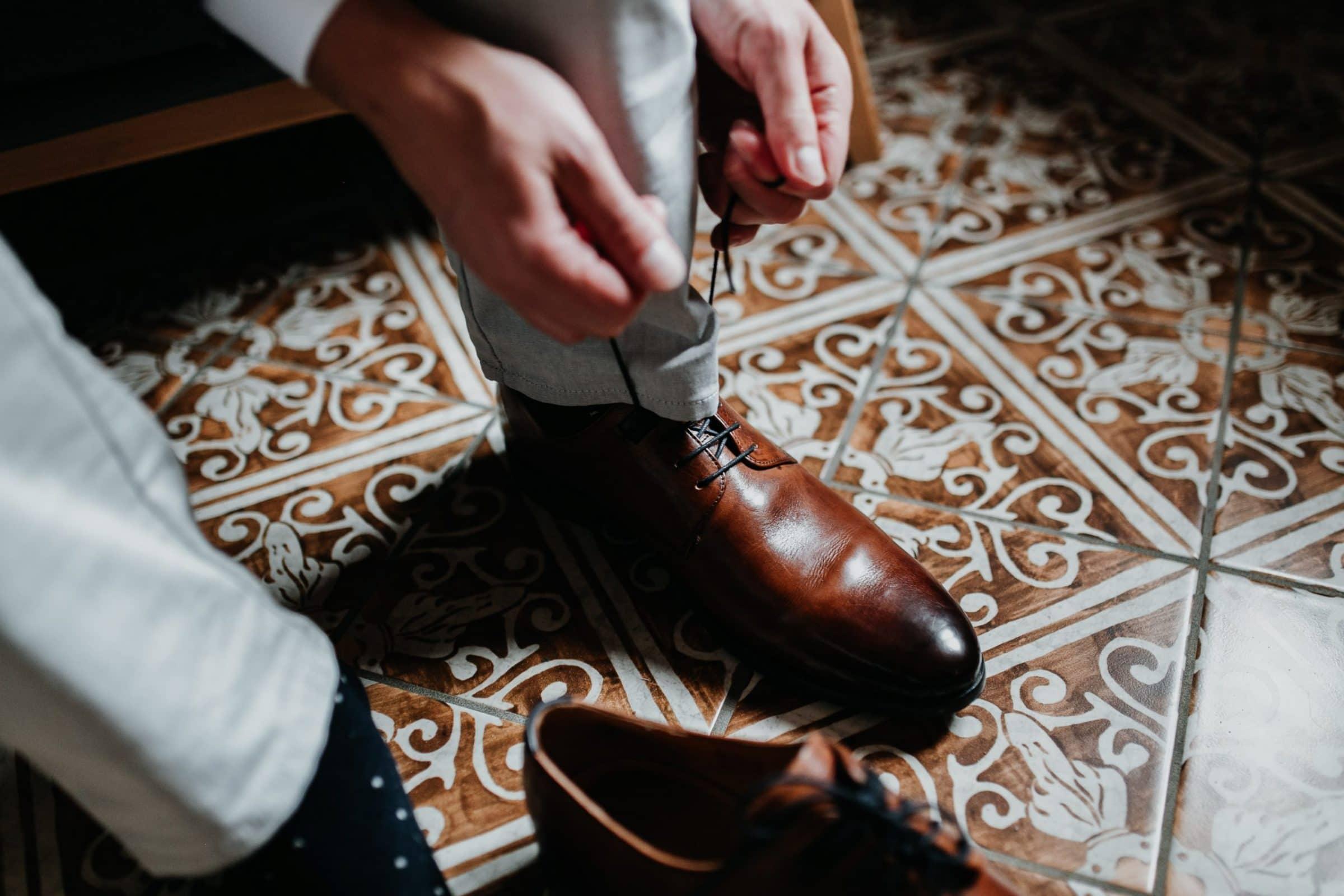 getting ready, groom getting ready, suit, bow tie, fliege, anzug, detailshot, detail, shoe