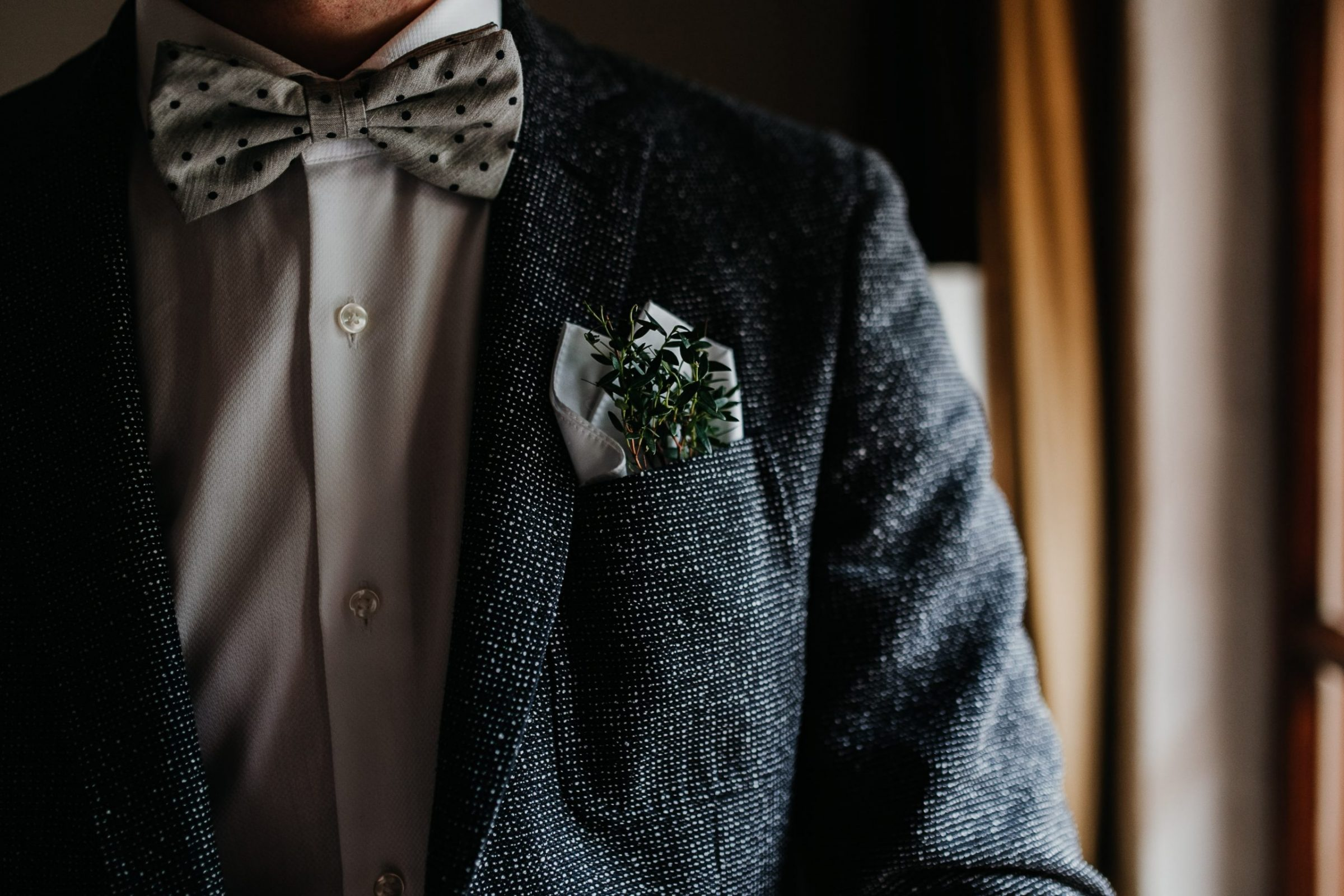 getting ready, groom getting ready, suit, bow tie, fliege, anzug, detailshot, detail