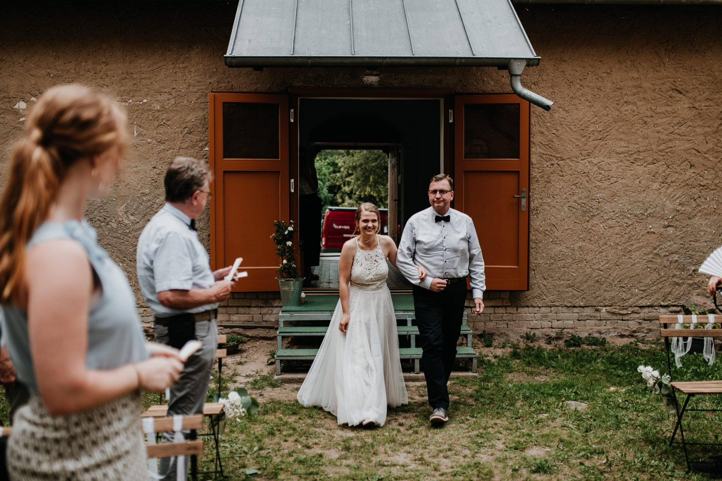 boho wedding, hochzeit berlin, braut, groom, bride, bräutigam, trauung, freie trauung, ceremony, father daughter, walking down the aisle