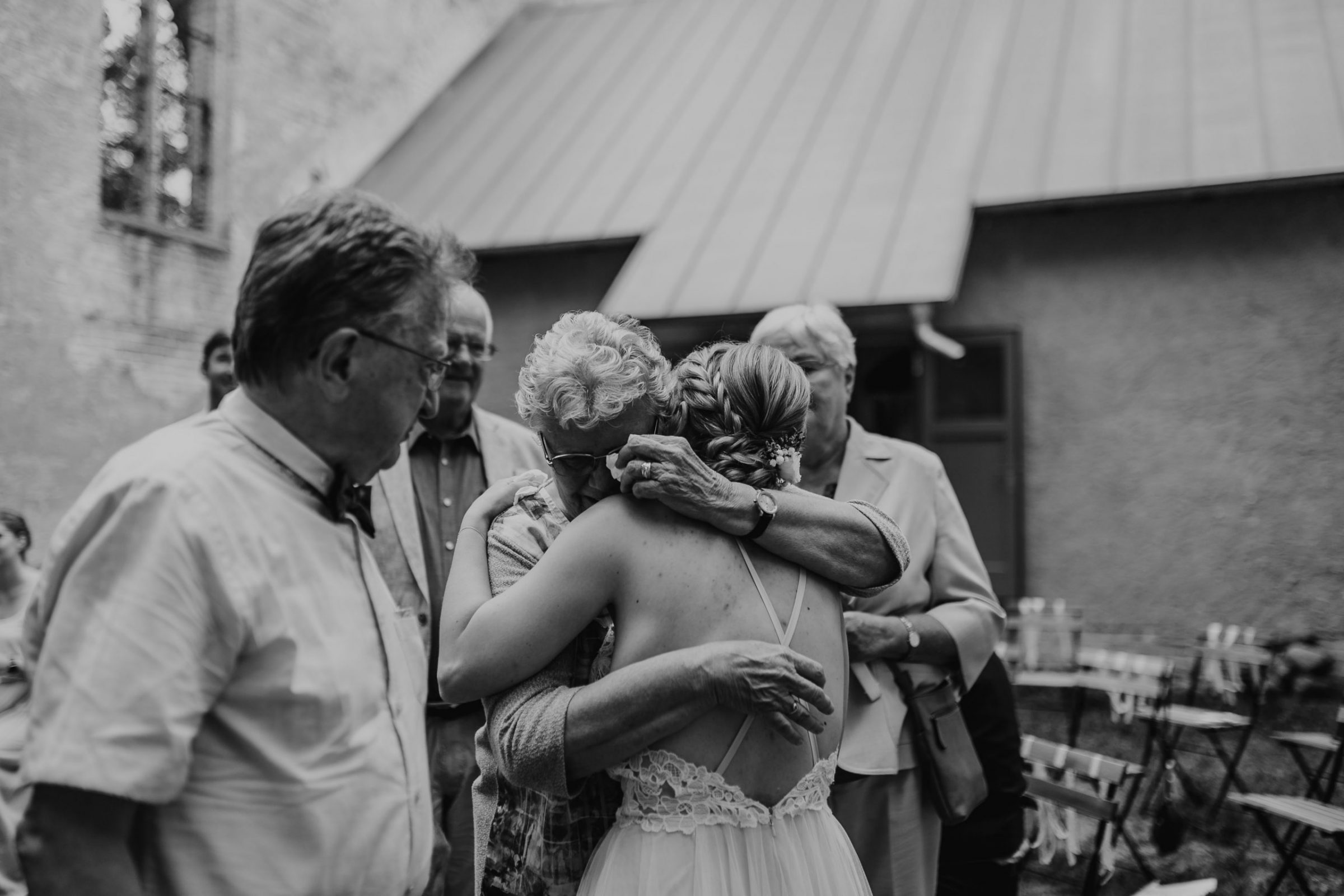 wedding guests, laughter, laughing, hochzeitsgäste, church, freie trauung, grandma, grandmother, crying, hugging, oma, grossmutter