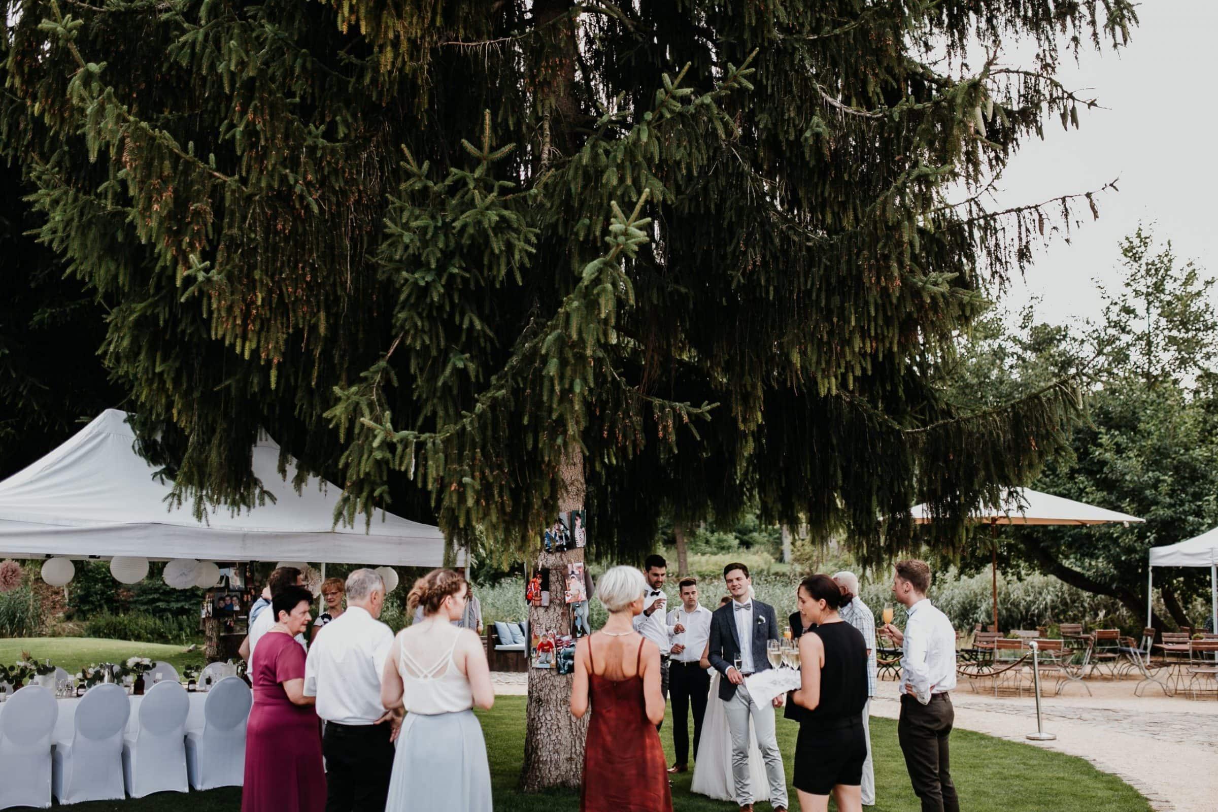 wedding guests, laughter, laughing, table decor, garden wedding, garden tent, hochzeitsgäste, zelt, brautvater, rede, speech