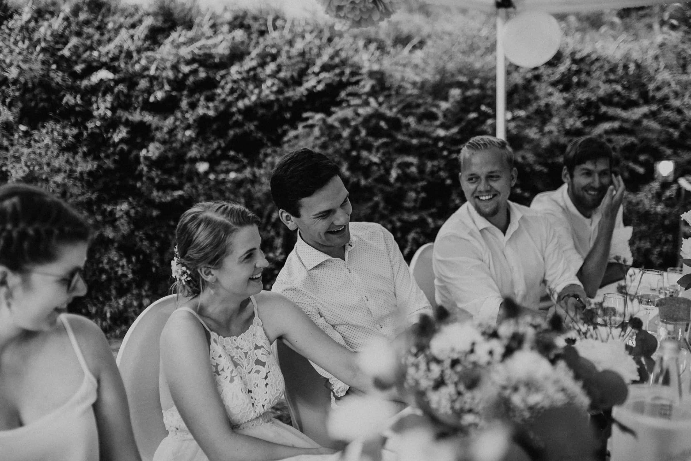 wedding guests, laughter, laughing, table decor, garden wedding, garden tent, hochzeitsgäste, zelt