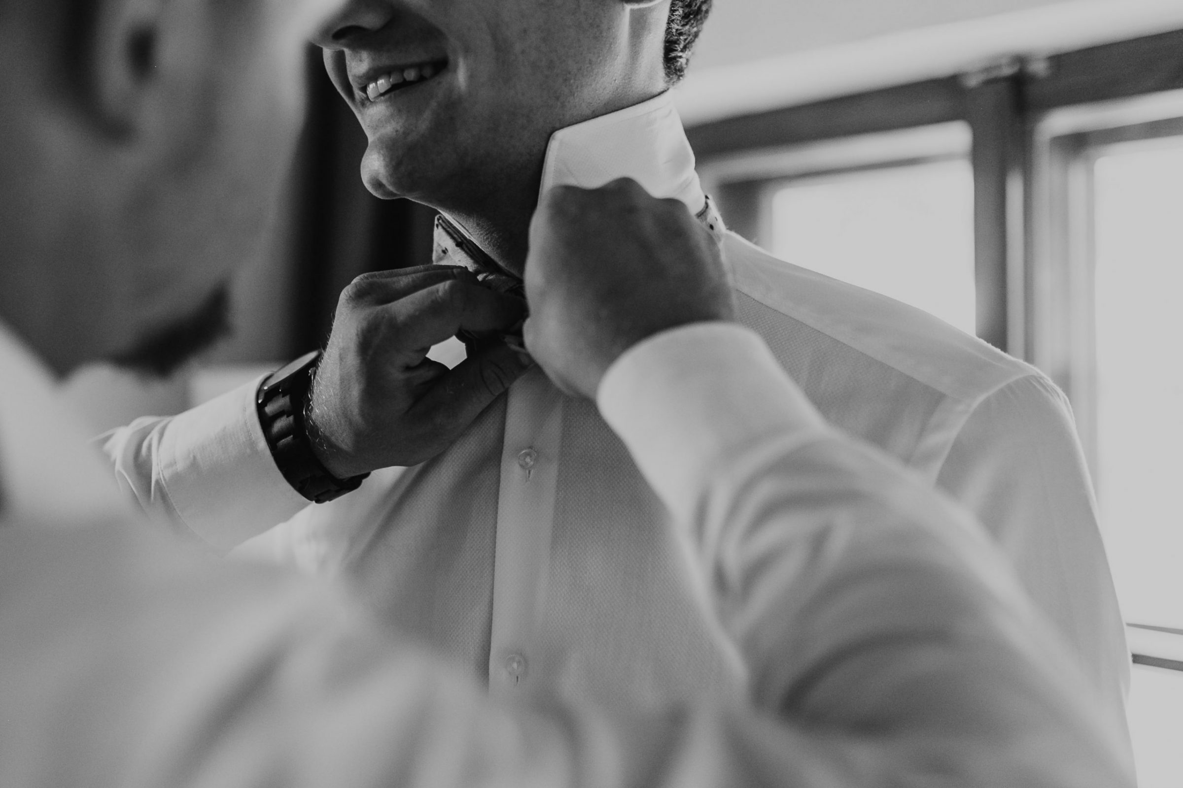 getting ready, groom getting ready, suit, bow tie, fliege, anzug, detailshot, detail, collar