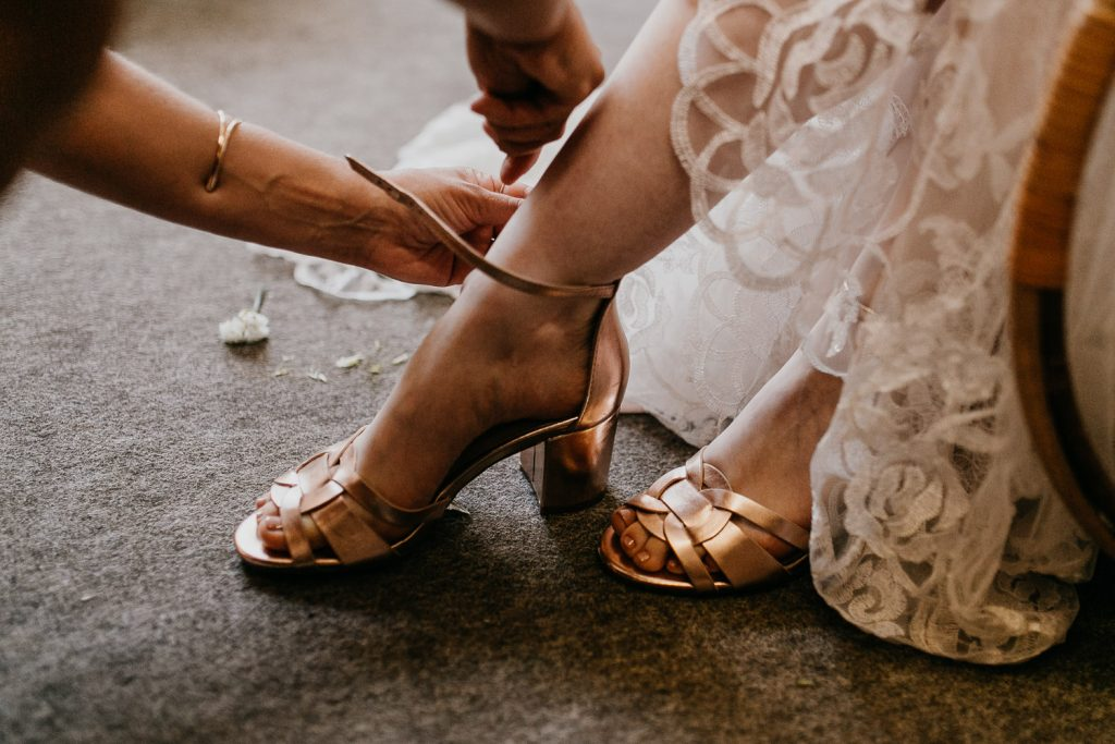 getting ready, gettin ready, schuhe, wedding shoes, wedding berlin, kulturschloss roskow, boho bride, boho braut